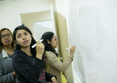 Alumnas resolviendo problemas de Licenciatura en Contaduría