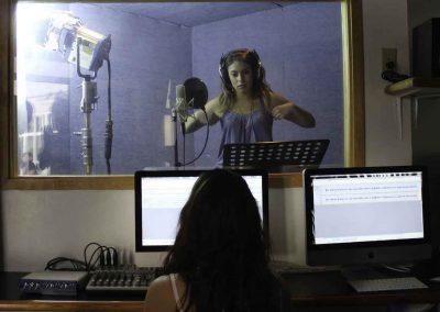 Alumna en estudio de grabación Licenciatura en Periodismo Digital