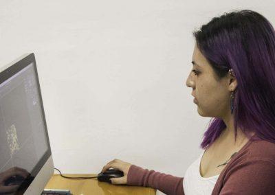 Alumna diseñando de Licenciatura en Comunicación Multimedia