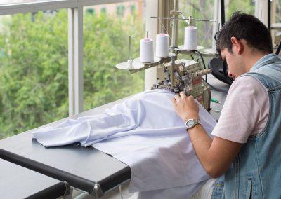 Alumno haciendo vestuario Licenciatura en Diseño de Modas