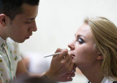 Alumnos maquillando Licenciatura en Diseño de Modas