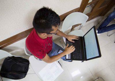 Alumno programando Alumno de Carrera Ejecutiva en Informática