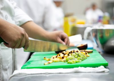 Cortando comida Licenciatura en Gastronomía