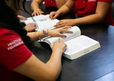Alumnas leyendo Licenciatura en Pedagogía
