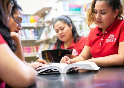 Alumnas en biblioteca Licenciatura en Pedagogía