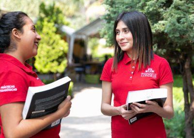 Alumnas en jardín Licenciatura en Pedagogía