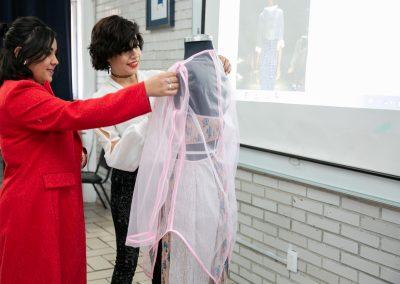 Alumnas haciendo vestuario UDL