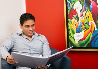 Alumno leyendo Licenciatura en Psicología