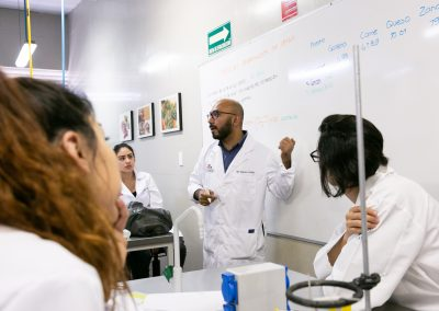 Maestro dando clase Licenciatura en Nutrición