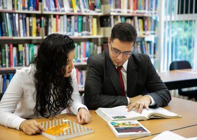 Alumnos en biblioteca Licenciatura en Administración de Empresas