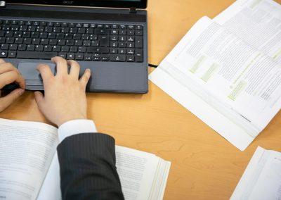 Alumno escribiendo Licenciatura en Administración de Empresas
