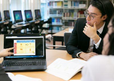 Alumnos leyendo archivo Licenciatura en Administración de Empresas