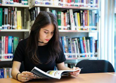 Alumna leyendo libro de Licenciatura en Administración de Empresas
