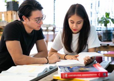Alumnos leyendo Alumno Licenciatura en Mercadotecnia