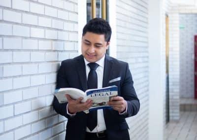 Alumno leyendo Licenciatura en Derecho
