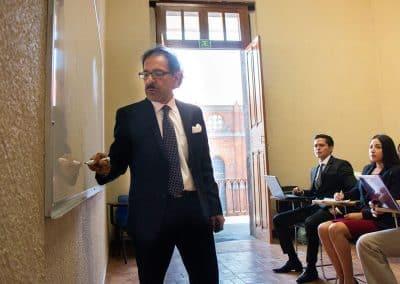Maestro dando cátedra Licenciatura en Contaduría