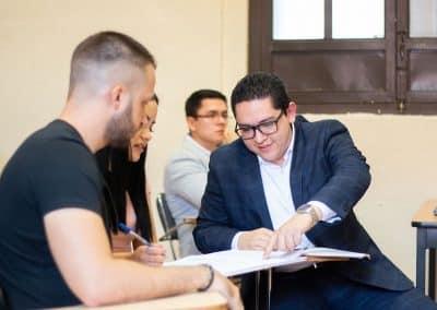 Alumnos analizando Licenciatura en Finanzas